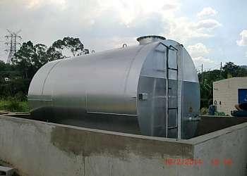 Tanque com bacia de contenção
